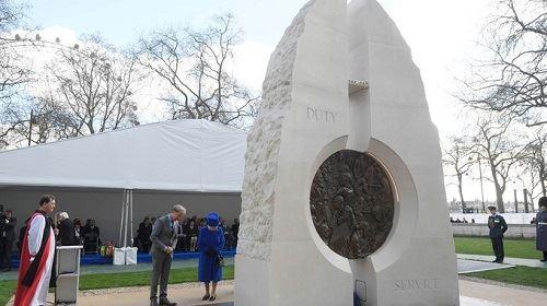 Nữ hoàng Anh tại đài tưởng niệm. Ảnh: AP