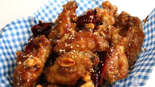 Nhiều người Hàn Quốc hôm nay ăn thịt gà mừng phán quyết của Toà án Hiến pháp Hàn Quốc. Ảnh: Maangchi