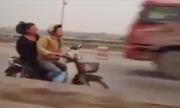 Xe máy phóng bạt mạng ngược chiều trên cầu Thanh Trì