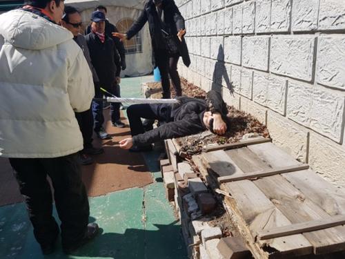 Một người biểu tình bị thương. Ảnh: Korea Herald)