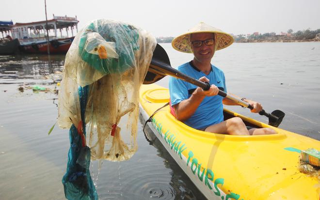 Khách Tây mua tour 10 USD chèo thuyền vớt rác ở Hội An