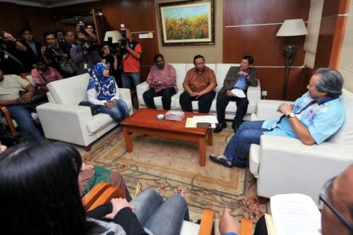Ngoại trưởng Anifah gặp người thân những người Malaysia bị kẹt tại Triều Tiên. Ảnh: Star