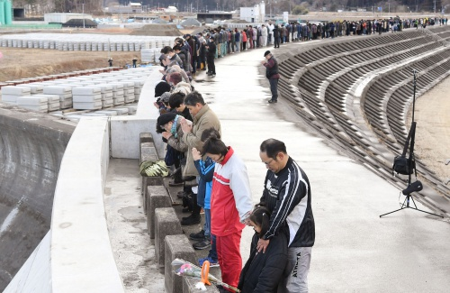 eople observe a moment of silence at 2:46 p.m. (0546 GMT), the time when the magnitude 9.0 earthquake struck off Japans coast in 2011, atop of a seawall at Taro district in Miyako, Iwate prefecture, Japan, in this photo taken by Kyodo March 11, 2017,