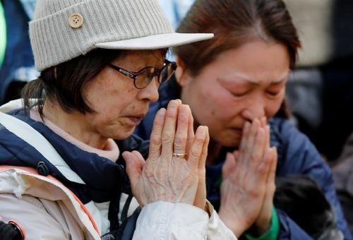 Người dân mặc niệm tại thủ đô Tokyo chiều nay. Ảnh: Reuters