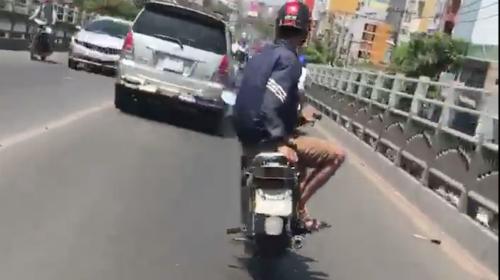 khong-doi-mu-bao-hiem-drift-xe-may-vao-banh-oto-1
