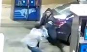 Lái xe bị đánh gục vẫn giằng được túi xách từ hai tên cướp
