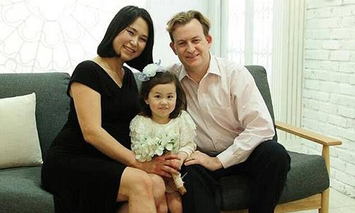 Ông Robert Kelly cùng vợ, Jung-a Kim, và con gái lớn. Ảnh: Twitter