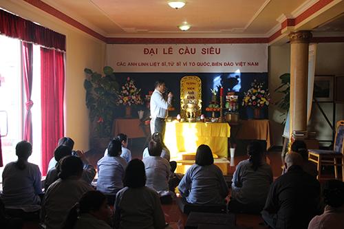Thượng tọa Thích Từ Nhơn, trụ trì chùa Từ Ân, cùng các tăng ni, phật tử tổ chức đại lễ cầu siêu vào chiều qua