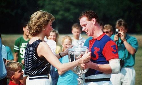 Công nương Diana trao một chiếc cúp của hoàng gia Anh cho Hewitt năm 1986. Ảnh: Shutterstock