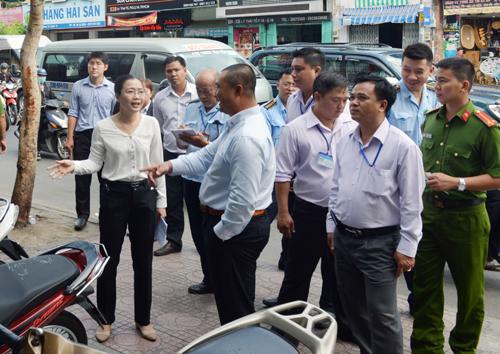 Nhiều lãnh đạo quận ở TP HCM xuống đường 'đòi' vỉa hè