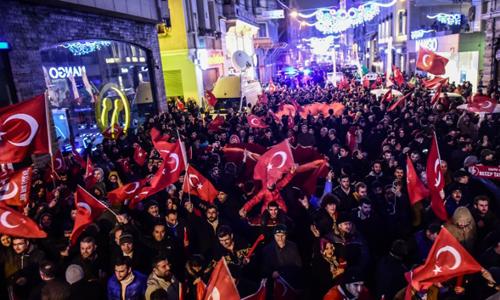 Người biểu tình Thổ Nhĩ Kỳ tụ tập bên ngoài tòa lãnh sự Hà Lan ở Istanbul hôm 11/3. Ảnh: Reuters