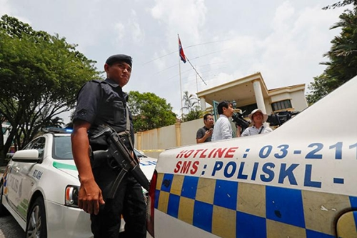 Cảnh sát Malaysia trước cửa đại sứ quán Triều Tiên tại Kuala Lumpur. Ảnh: