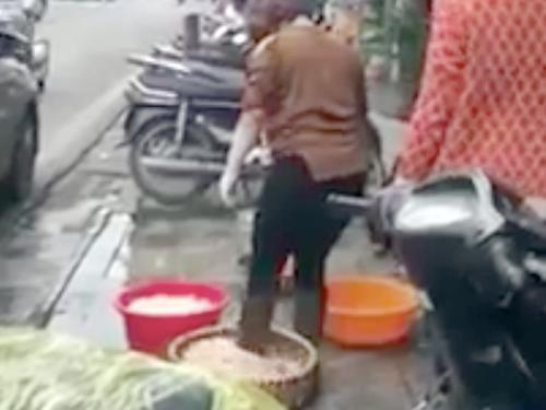 Đi ủng rửa lòng lợn, quán ăn ở phố cổ Hà Nội bị phạt gần 5 triệu