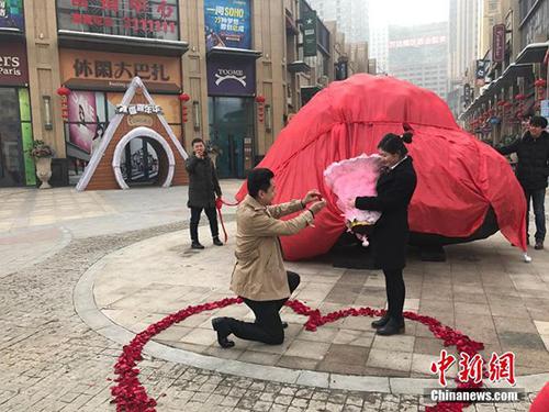 Liu Fei gặp Wang Fangfang quảng trường thủ phu Urumqi,