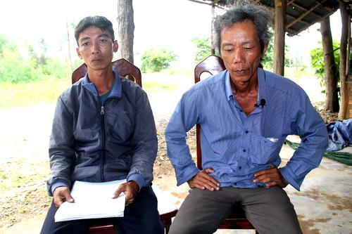 Anh Tuấn (bìa trái) cùng anh Nam bất ngờ khi nhận được quyết định phục hồi điều tra vụ án, điều tra bị can. Ảnh: Phước Tuấn