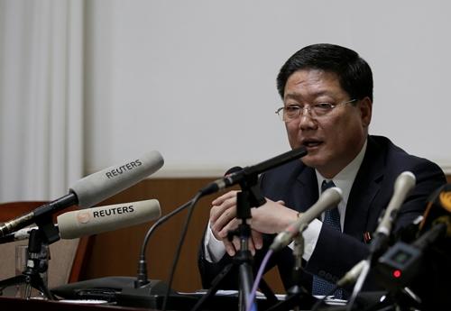 Nhà ngoại giao Triều Tiên Pak Myong-ho tổ chức họp báo tại đại sứ quán Triều Tiên ở Trung Quốc ngày 16/3. Ảnh: Reuters.