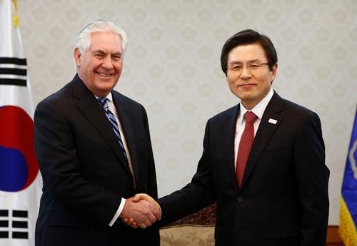 Ngoại trưởng Mỹ Rex Tillerson bắt tay quyền Tổng thống Hàn Quốc Hwang Kyo-ahn trước khi bắt đầu thảo luận ngày 17/3. Ảnh: Reuters.