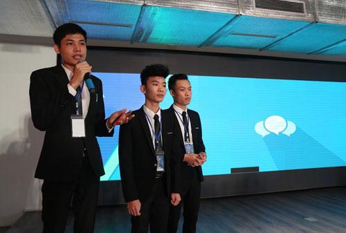 ảnh 1: Nhóm thí sinh Giải pháp giám sát chất lượng nguồn nước và tự động thu thập dữ liệu về chỉ số nước tiêu thụ cho các nhà máy nước tại Việt Nam đến từ trường Đại học Công nghệ thông tin và truyền thông  Đại học Thái Nguyên đang thuyết trình về sản phẩm sáng tạo của mình.