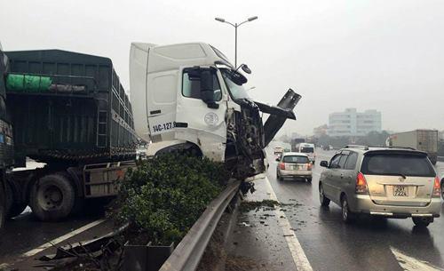 Xe container mất lái treo trên lan can cầu ở Hà Nội