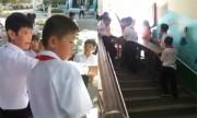 Mẹ bức xúc vì con tiểu học phải khiêng bàn ghế xuống cầu thang