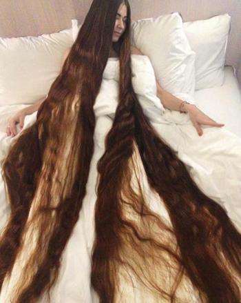 [CTóc củaAliia Nasyrova dài 2,2 mét. Ảnh:BarcroftMedia