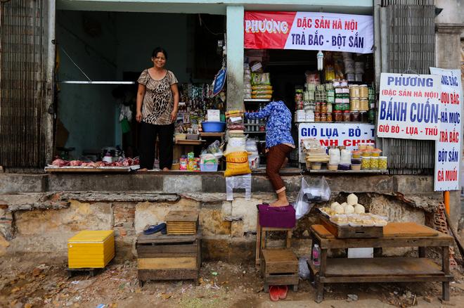 Người Sài Gòn bắc thang vào nhà sau khi bậc tam cấp bị phá