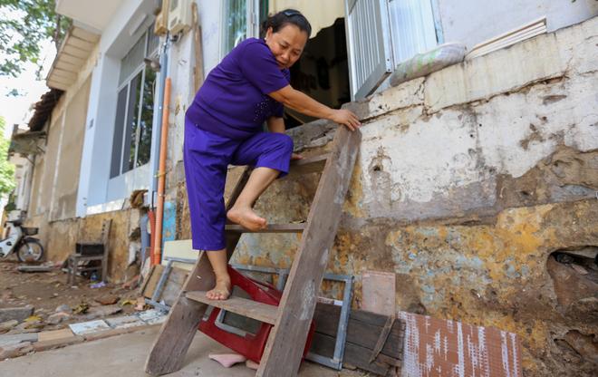 Người <a href='http://m.vietgiaitri.com/tag/sai-gon/' title='Sài Gòn'>Sài Gòn</a> bắc thang vào nhà sau khi bậc tam cấp bị phá