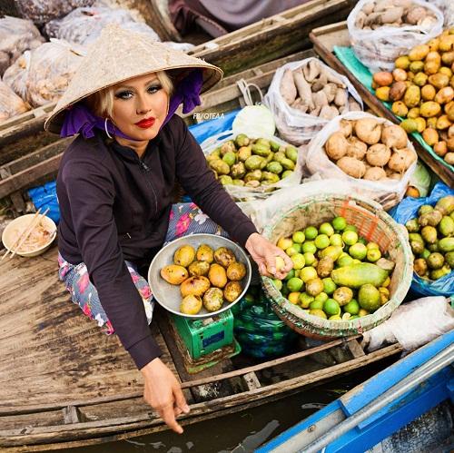 Nữ ca sĩ Christina Aguilera khoe nhan sắc mặn mà bán trái cây trên chợ nổi.