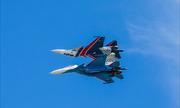 Phi đội Hiệp sĩ Nga áp lưng tiêm kích Su-30SM nhào lộn