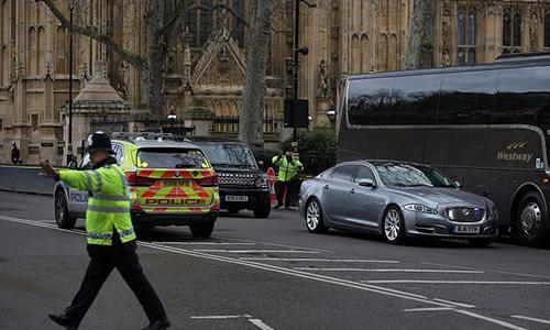 Chiếc xe màu bạc chở Thủ tướng May rời khỏi quốc hội. Ảnh: AFP