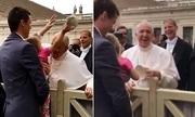 Giáo hoàng bật cười khi bị bé 3 tuổi lấy mũ