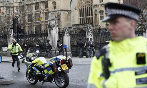 Cảnh sát vũ trang Anh bên ngoài tòa nhà quốc hội. Ảnh: Reuters