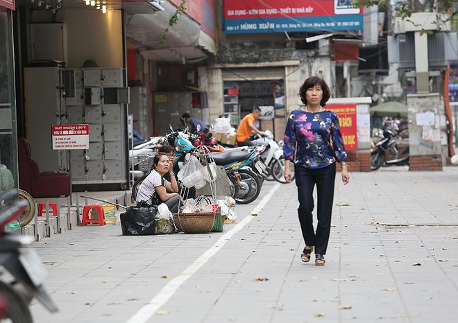 Muôn kiểu mưu sinh thời dẹp vỉa hè ở Hà Nội