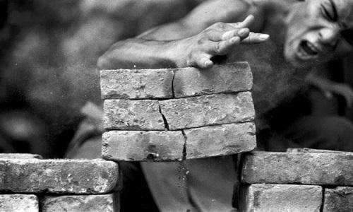 Tại sao võ sư đập vỡ gạch không bị gãy tay?