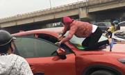 Phụ nữ nhảy lên nóc ôtô, lôi tình địch ra đánh đập