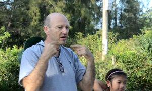 Ông Tây dạy tiếng Anh miễn phí cho trẻ em làng Mỹ Lai