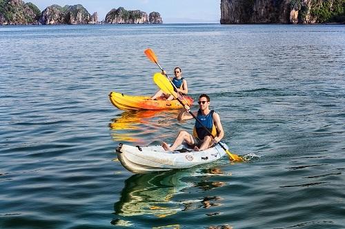 quang-ninh-dung-dich-vu-cheo-kayak-tren-vinh-ha-long