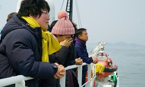 Người nhà các nạn nhân vụ chìm phà Sewol ngóng trông giới chức Hàn Quốc tìm thấy các thi thể. Ảnh: AFP