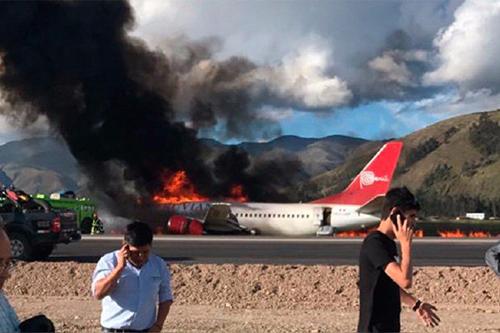 Máy bay của Peruvian Airlines bốc cháy dữ dội tại sân bay thủ phủ của tỉnh Jauja, Peru. Ảnh: Twitter