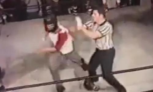 Vị trọng tài đã không hề nương tay khi bị anh chàng võ sĩ khiêu khích.