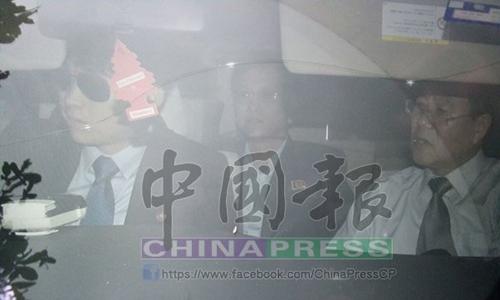 Những người đàn ông Triều Tiên bị cho là nghi phạm trong vụ án Kim Jong-nam đã lên xe rời đại sứ quán nước này ở Malaysia. Ảnh: China Press