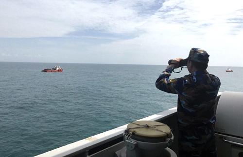 Lực lượng tìm kiếm các nạn nhân ở hiện trường tàu Hải Thành 26. Ảnh: Phước Tuấn.