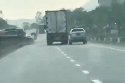 tai-xe-container-lao-nhu-dien-chen-oto-canh-sat-khi-bi-truy-duoi