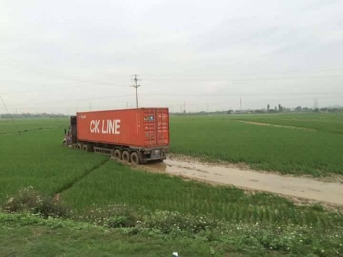 Container đi cày ruộng.