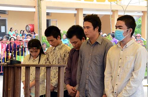 Nhóm cướp tiệm vàng trong ngày xử lưu động. Ảnh: Mai Linh