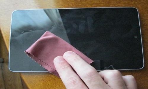 Tại sao màn hình điện thoại hay bị bám dấu tay?