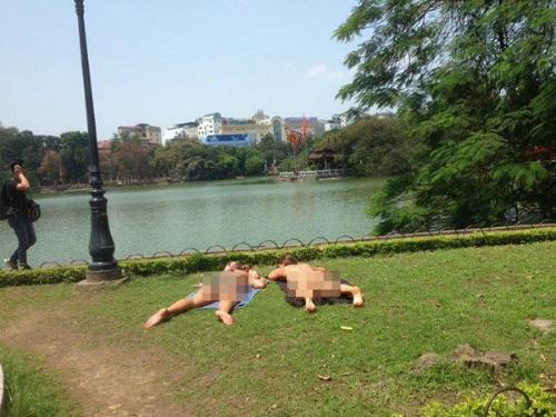 hai-nu-khach-tay-mac-bikini-tam-nang-ben-ho-guom