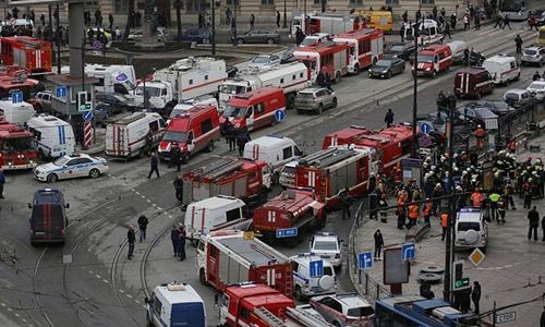Quang cảnh bên ngoài khu vực tàu điện ngầm Nga bị đánh bom ở St. Petersburg. Ảnh: Reuters