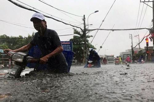 Sài Gòn tiếp tục có mưa trái mùa dữ dội