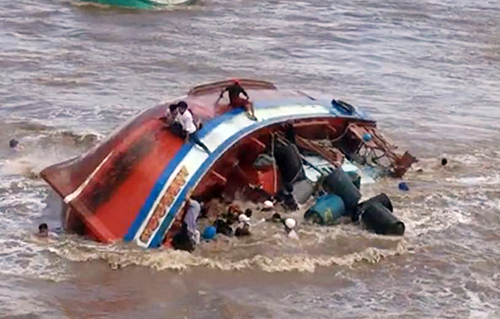 Chìm tàu ở lễ hội Nghinh Ông, 2 thiếu nữ tử vong